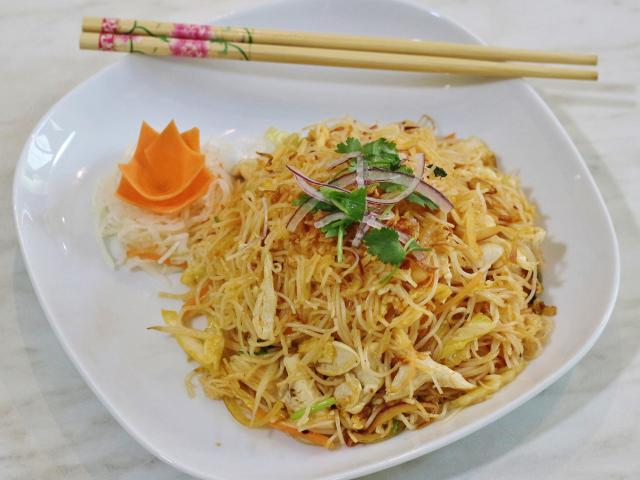 22. Fried rice noodles with chicken