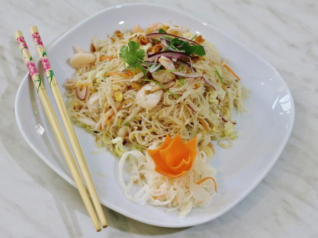 24. Fried rice noodles with shrimp