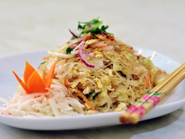 28. Fried glass noodles with shrimp