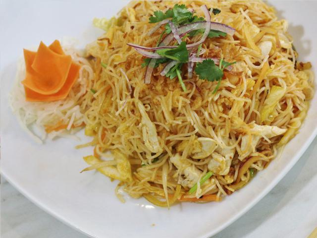 83. Fried rice noodles with chicken