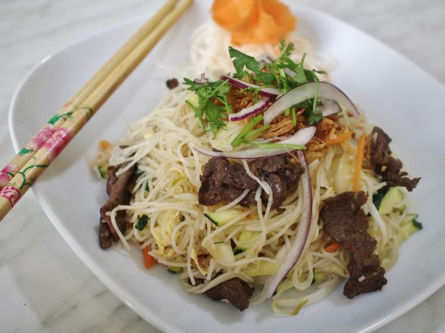23. Fried rice noodles with beef