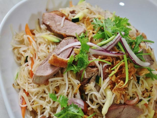 "25. Fried rice noodles ,,bún"" with duck"