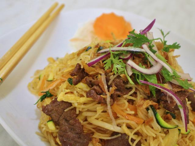 84. Fried rice noodles with beef
